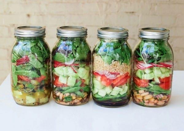 préparer les salades dans les bocaux en verre