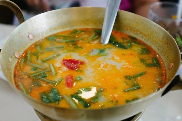 une recette de soupe de grand-mère à l'ail et au gingembre pour lutter contre les microbes
