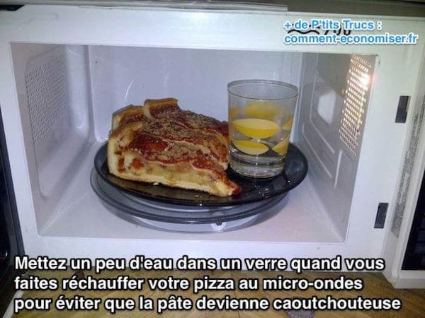 Mettez eau dans un verre quand vous faites réchauffer votre pizza au micro-ondes
