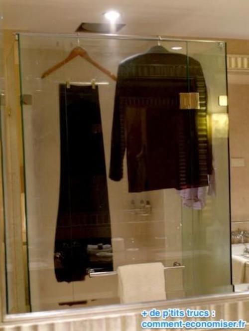Utilisez la vapeur de la douche  pour défroisser vos vêtements.
