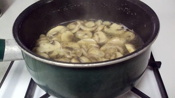 Utilisez l'eau de cuisson des champignons pour aromatiser les plats