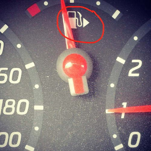 Le flèche à côté du symbole jauge à essence indique de quel côté se trouve le réservoir de la voiture.