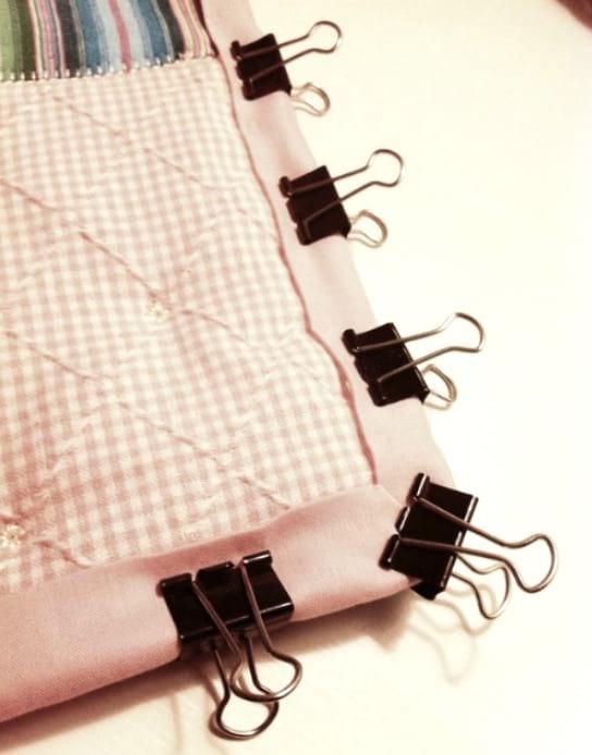 utiliser des pince-note pour tenir les tissus ensemble
