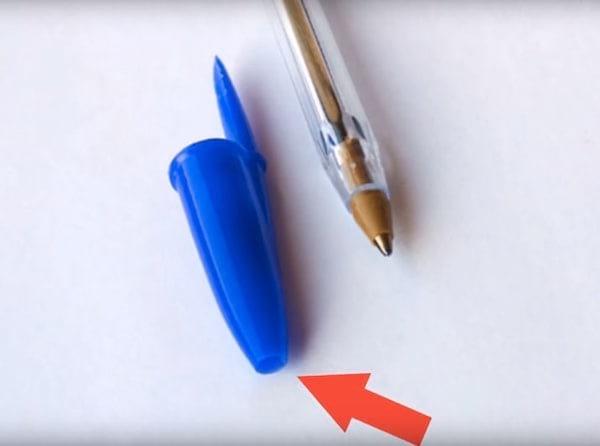 Le trou des capuchons de stylo évite l'étouffement.