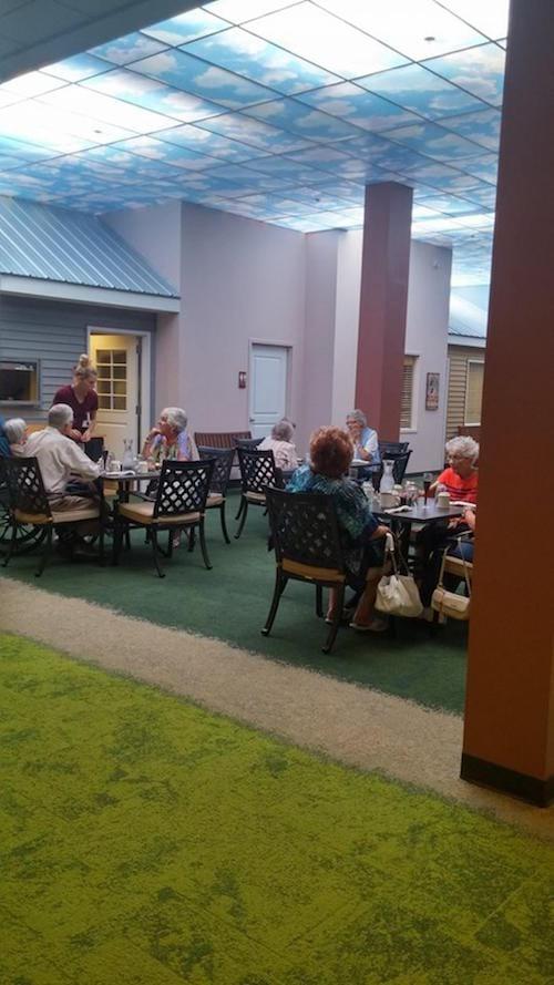 Des personnes âgées se retrouvent dans une rue de la maison de soins