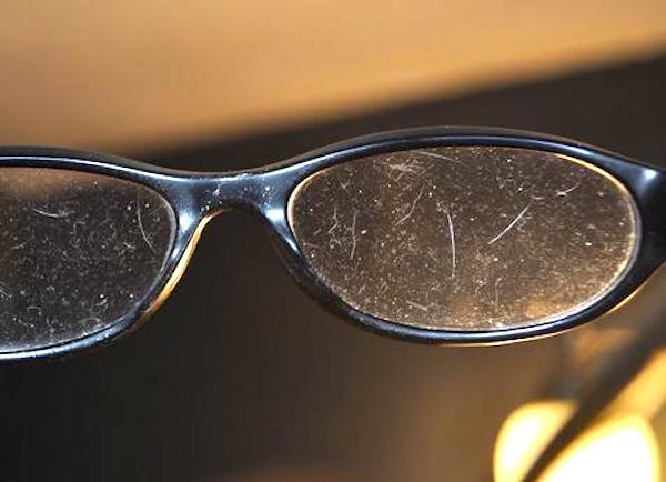 L'Astuce d'un Opticien Pour Nettoyer Vos Lunettes (Et les
