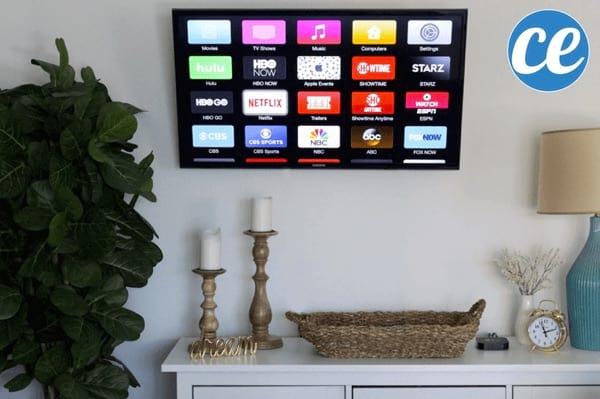 Une télé à écran plat accrochée au mur.