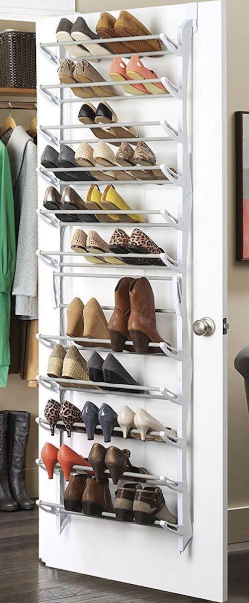 Merveilleux Une étagère Suspendue Derrière Une Porte Pour Ranger Des Chaussures