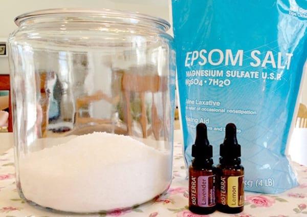 un assouplissant fait maison avec du sel d'epsom et des huiles essentielles