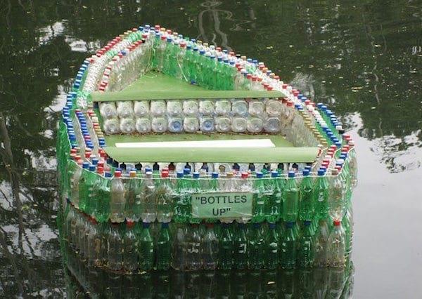 Bouteilles plastiques recycles en barque