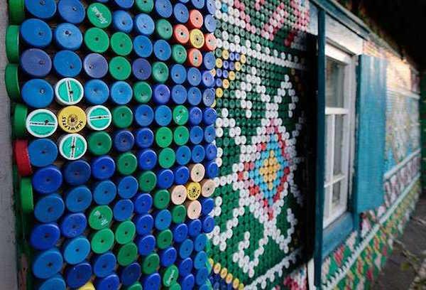 Bouchons de bouteiles recyclées pour décorer cabane de jardin