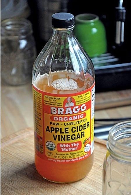 une bouteille de vinaigre de cidre pour se laver les cheveux