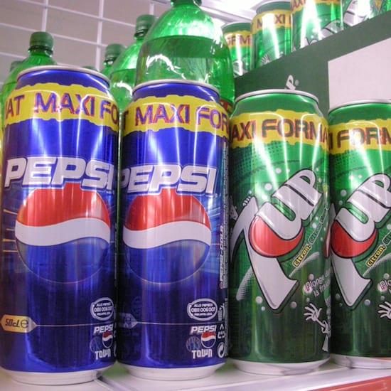 des canettes de Pepsi Cola et de 7 up
