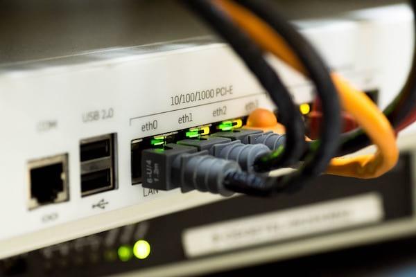 des câbles éthernet connectés sur un appareil