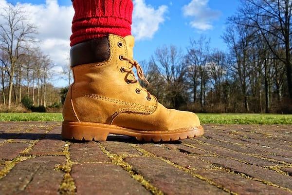 une tenue adaptée pour éviter les tiques avec des chaussures montantes et des chaussettes hautes