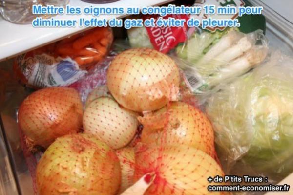 Mettre les oignons au congélateur 15 min pour diminuer l'effet du gaz et éviter de pleurer.