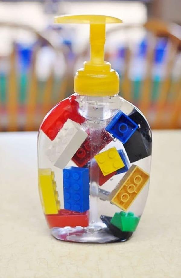flacon-savon-main-avec-lego-qui-flotte