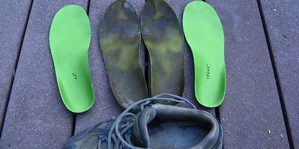9 astuces pour que vos chaussures ne sentent plus mauvais - Comment enlever l odeur des chaussures ...