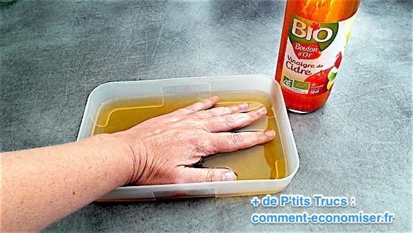 tremper ses mains dans du vinaigre de cidre chaud pour soulager l'eczema