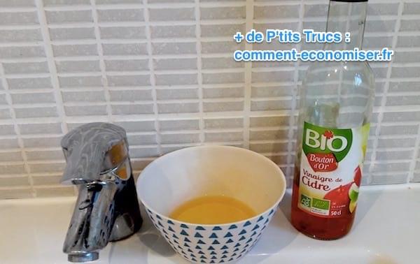 un bol avec du cidre et de l'eau pour soulager l'eczema et le psoriasis