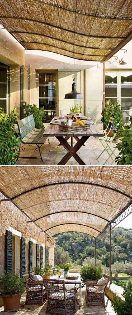 des stores en bambou posés sur une pergola pour protéger du soleil