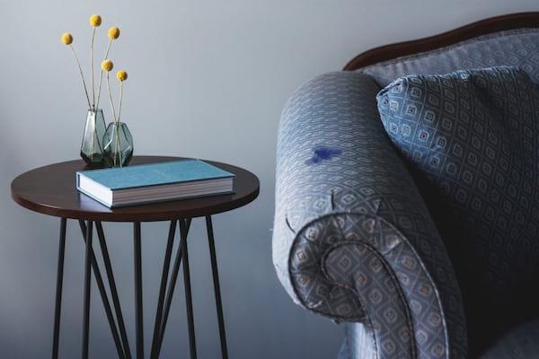 tache d'encre sur canapé
