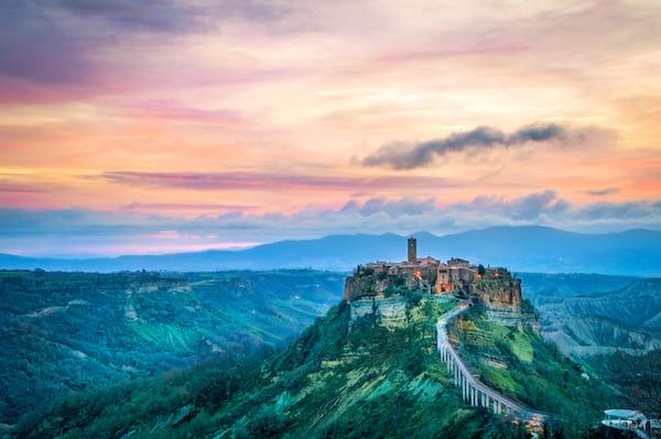 vue sur le village perché de civita du bagnoregio en Italie