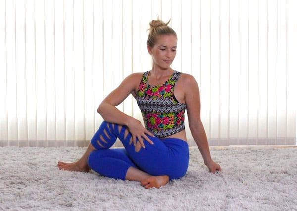 Femme qui fait l'étirement pour soulager les douleurs au bas du dos et à la hanche.