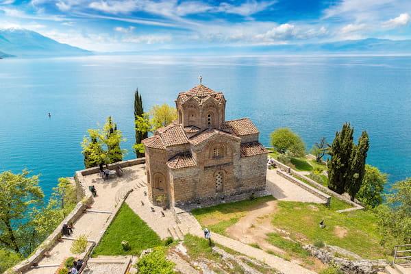 vu sur le lac Ohrid en Macédoine avec une église