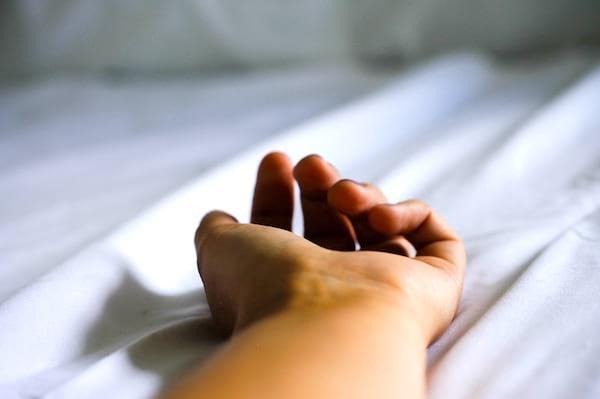 Une main d'un homme nu : dormir nu et humidifié pour se rafraîchir sans clim en été.
