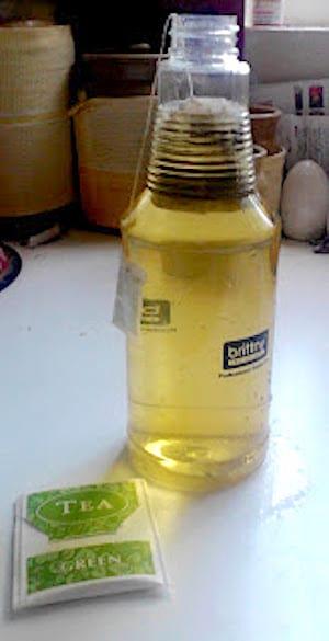Mettre sachet de thé vert dans bouteille spray