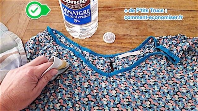 utiliser du vinaigre blanc sur les tissus délicats et colorés pour enlever les taches de fruits rouges