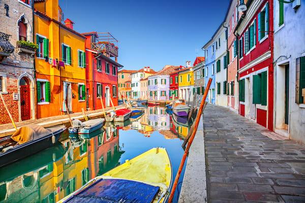 un canal et des maisons colorés à Burano en Italie