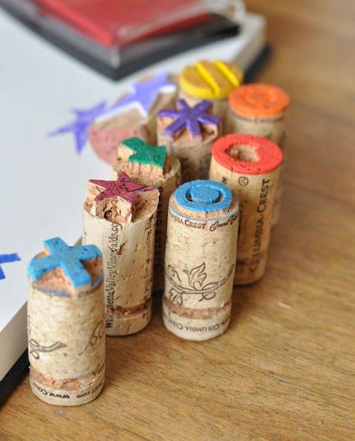 Des bouchons de bouteilles recyclés en tampons pour les enfants