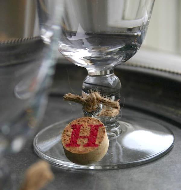 Une étiquette de verre à vin en bouchon de liège