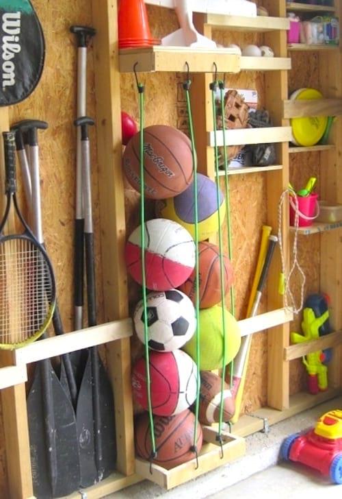 Utilisez des tendeurs pour ranger les ballons et gagner de la place dans votre garage.