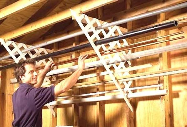 Utilisez du treillis de jardin pour ranger les tuyaux et gagner de la place dans votre garage.