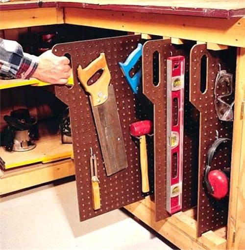 Utilisez du panneau perforé pour ranger vos outils à la verticale et gagner de la place dans votre garage.