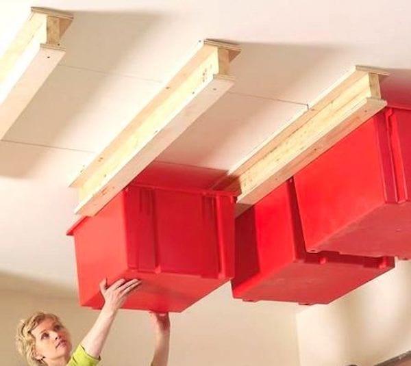 Accrochez des boîtes de rangement au plafond pour gagner de la place dans votre garage.