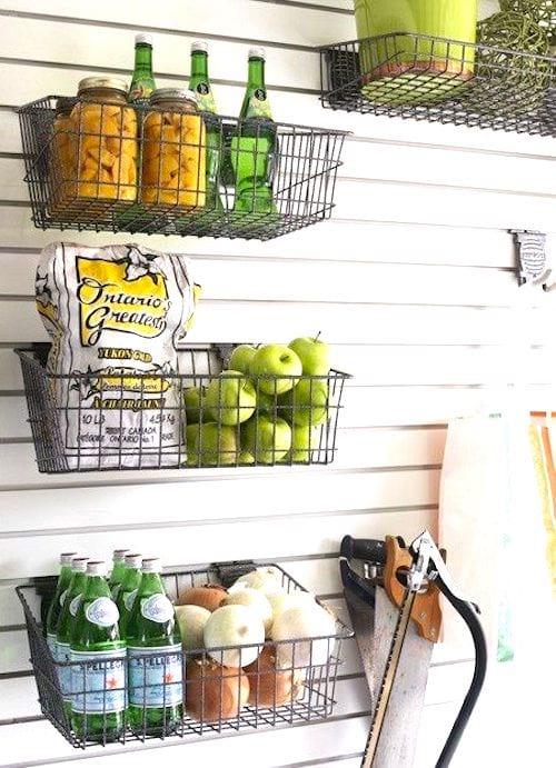 Utilisez des paniers en métal pour ranger les petits objets et gagner de la place dans votre garage.