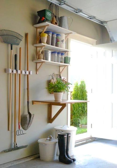 Aménager un espace dédié au jardinage pour gagner de la place dans votre garage.