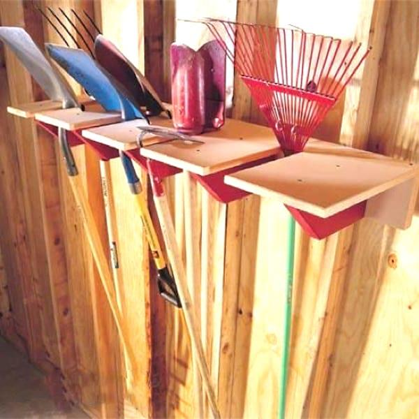Faites un support en bois pour ranger les outils à manche et gagner de la place dans votre garage.