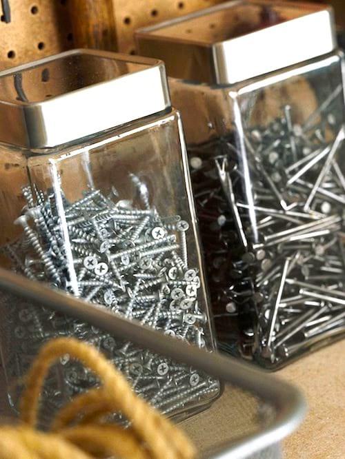 Recyclez des bocauxen boîtes de rangement pour gagner de la place dans votre garage.