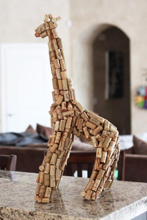 sculpture de girafe fait en bouchons de liège