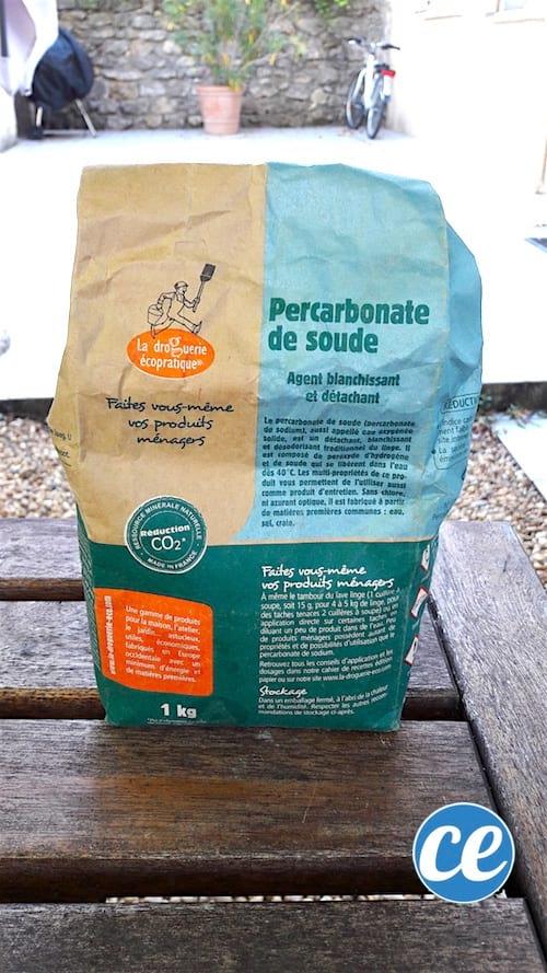 un paquet de percarbonate posé sur une table en bois devant une terrasse