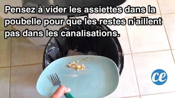Videz le reste des assiettes dans la poubelle avant de les laver