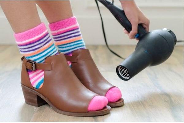Pour élargir des chaussures trop étroites, mettez de grosses chaussettes, enfilez les chaussures et passez dessus le fer à cheveux