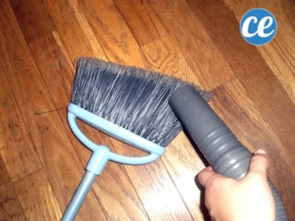 aspirer le balai pour enlever la poussière