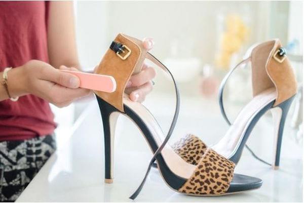 Passez une lime à ongles sur les éraflures de vos chaussures en daim pour les faire disparaître