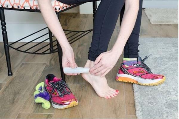 Appliquez du gel lubrifiant sur les pieds pour éviter les frottements